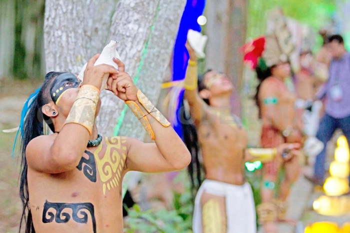 Pero como ha escrito Pedro Ucbé, poeta indígena de Ticul: Los mayas fingen estar muertos entre los escombros, entre los escombros de una modernidad basada en un nuevo tipo de barbarie, que ha logrado recrear a las antiguas castas divinas | Foto: INTERNET