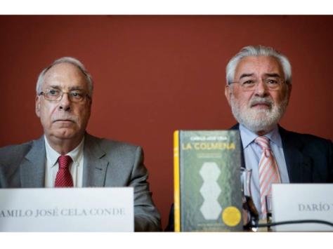 Camilo José Cela Conde (izquierda) y el director de la Real Academia Española, Darío Villanueva, en la presentación | Foto: LUCA PIERGIOVANNI (EFE)