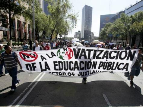 Luego de más de tres años de lucha desigual y de grandes sacrificios, los maestros mexicanos continúan su resistencia apoyados en algunos estados por los padres de sus estudiantes y muy especialmente en las regiones rurales de esas entidades