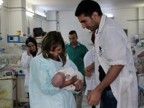 En imagen del 29 de septiembre, Hanaa Singer, representante de Unicef en Siria, carga a un bebé en un hospital en el oeste de Alepo, controlado por el gobierno | Foto: AP