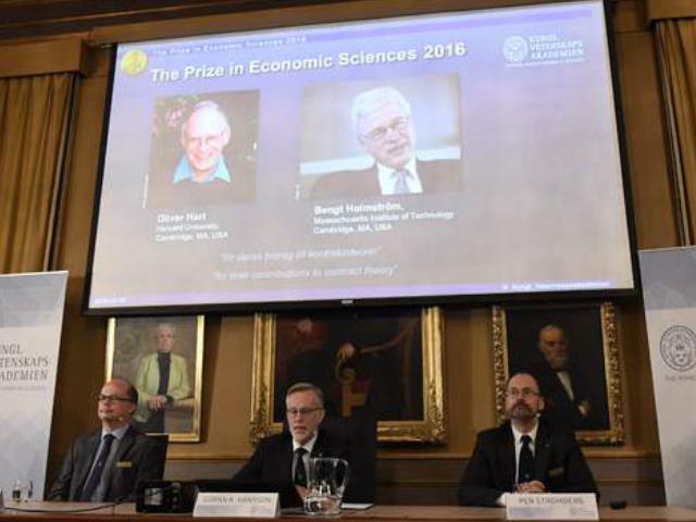 El británico-estadunidense Oliver Hart y el finlandés Bengt Holmstrom ganaron el premio Nobel de Economía | Foto: AFP