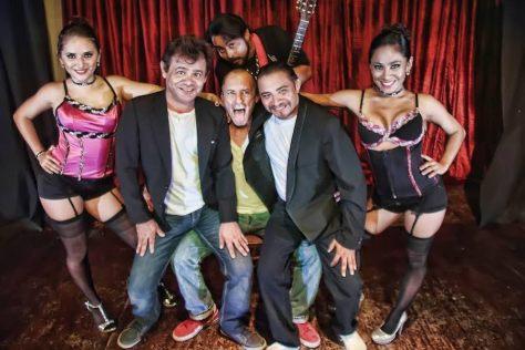 """Los comediantes Fernando de Regil, Carlos Medina y Chema Mefisto, que en la trama se harán llamar """"Los tres caballeros"""", abordarán situaciones curiosas que satirizan el medio artístico intelectual, con las que la audiencia se podrá identificar y divertir"""