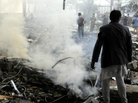 Personas buscan restos en la funeraria que fue bombardeada ayer por la coalición árabe | Foto: XINHUA