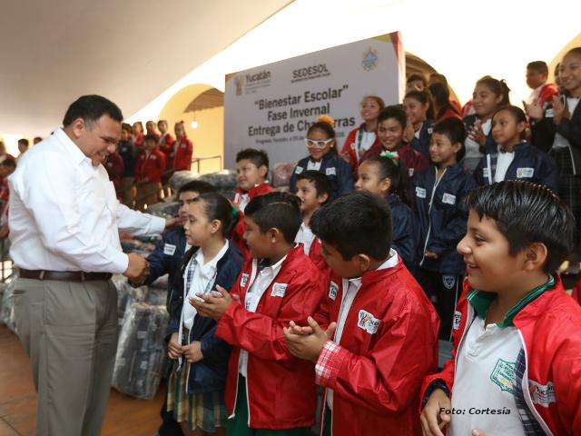 Gobierno reparte chamarras para proteger salud de niñez yucateca en temporada invernal