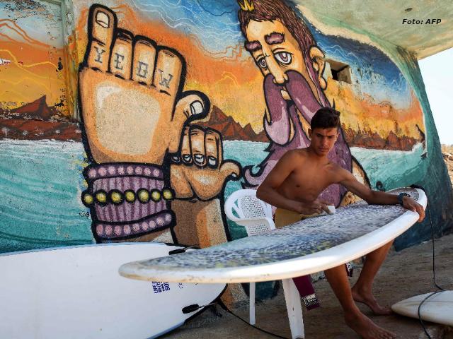 Forzado al exilio, un sirio descubre su pasión por el surf