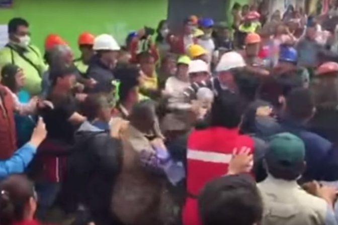 """""""Agarre una pala"""", retan a Peña Nieto en Edomex; Estado Mayor y estudiantes se enfrentan a empujones"""