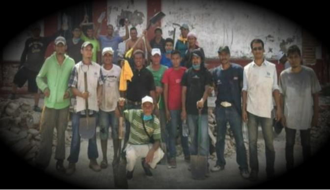Migrantes centroamericanos ayudan a limpiar hogares derrumbados por terremoto en el Itsmo