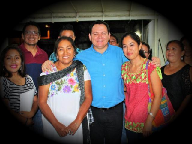 """""""Huacho"""" Díaz Mena se reunión con mujeres de Umán"""