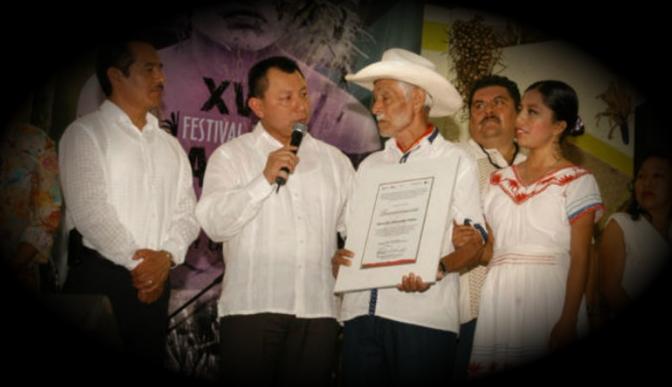 El huapanguero veracruzano don Heraclio Alvarado Téllez recibe Diploma al Mérito
