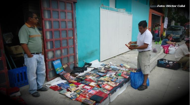 'King Kong', don Poncho y sus más de 15 años de librero en los tianguis de Cancún | Entrevista de Héctor Cobá