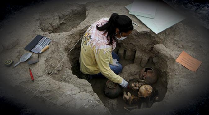 Encuentran en Perú una momia intacta de mil años envuelta en un 'ataúd' de algodón