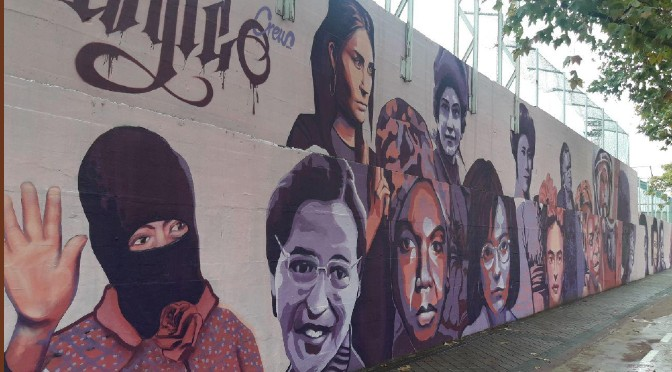 El mural de destacadas mujeres del mundo que la ultraderecha de Madrid ordenó borrar